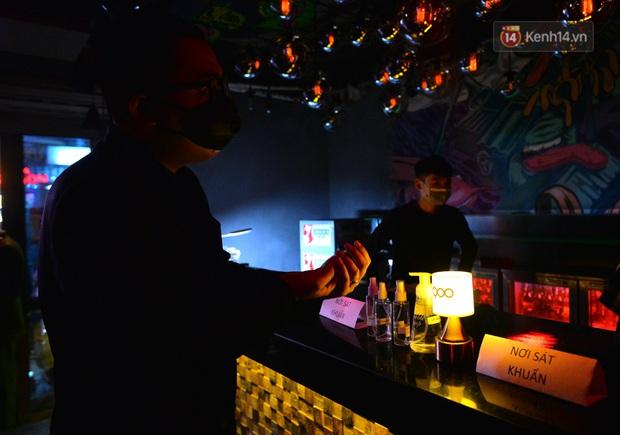 DJ và nhân viên các quán bar, karaoke được khuyến cáo đeo khẩu trang, thực hiện các biện pháp phòng dịch Covid-19 - Ảnh 18.