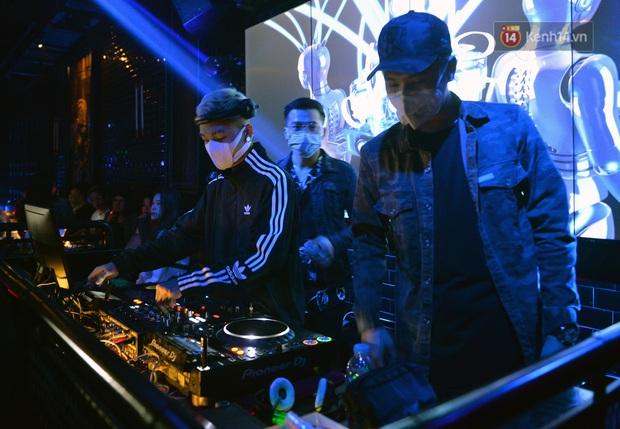 DJ và nhân viên các quán bar, karaoke được khuyến cáo đeo khẩu trang, thực hiện các biện pháp phòng dịch Covid-19 - Ảnh 6.
