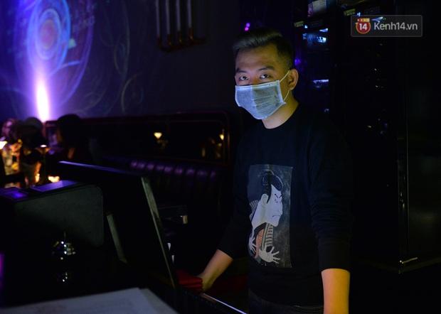DJ và nhân viên các quán bar, karaoke được khuyến cáo đeo khẩu trang, thực hiện các biện pháp phòng dịch Covid-19 - Ảnh 20.