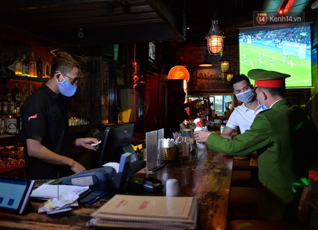 DJ và nhân viên các quán bar, karaoke được khuyến cáo đeo khẩu trang, thực hiện các biện pháp phòng dịch Covid-19 - Ảnh 1.