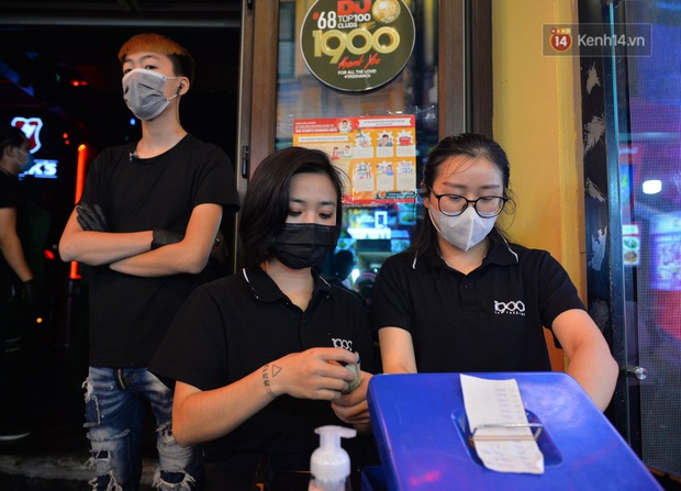 DJ và nhân viên các quán bar, karaoke được khuyến cáo đeo khẩu trang, thực hiện các biện pháp phòng dịch Covid-19 - Ảnh 2.