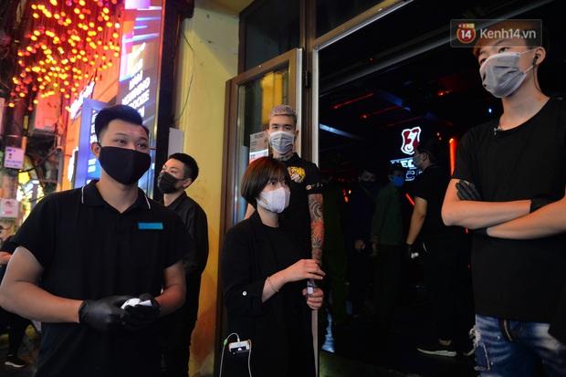 DJ và nhân viên các quán bar, karaoke được khuyến cáo đeo khẩu trang, thực hiện các biện pháp phòng dịch Covid-19 - Ảnh 3.