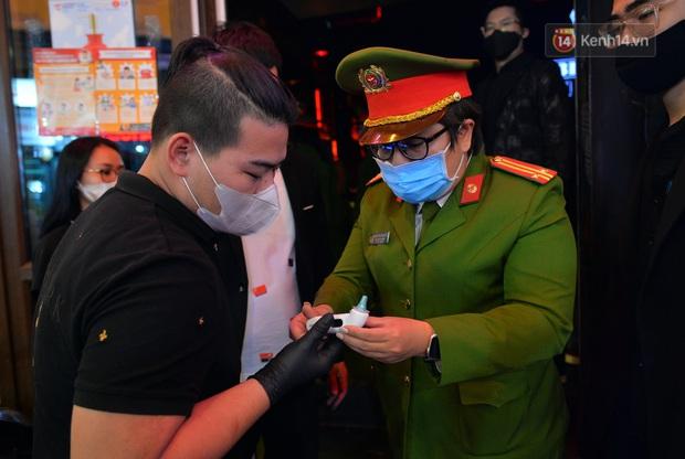 DJ và nhân viên các quán bar, karaoke được khuyến cáo đeo khẩu trang, thực hiện các biện pháp phòng dịch Covid-19 - Ảnh 8.