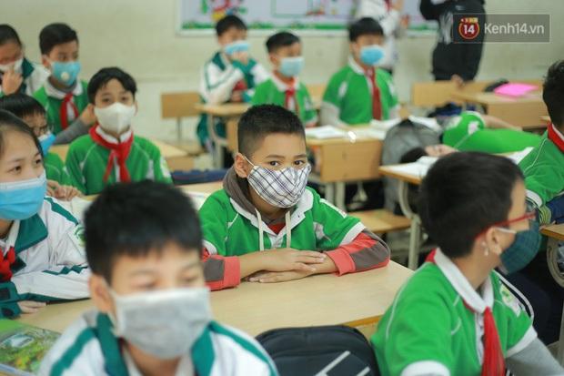 Hà Nội tổ chức họp trực tuyến tìm phương án đảm bảo an toàn khi học sinh trở lại trường - Ảnh 1.