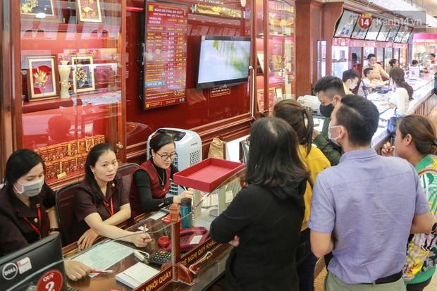 Giá vàng tụt dốc cực mạnh chỉ sau một đêm, người dân Hà Nội đổ xô đi bán - Ảnh 2.