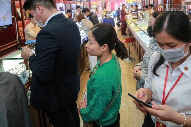 Giá vàng tụt dốc cực mạnh chỉ sau một đêm, người dân Hà Nội đổ xô đi bán - Ảnh 3.