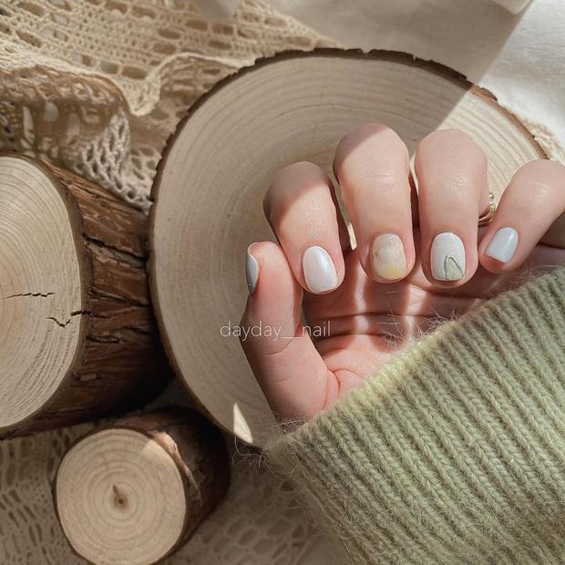 """12 mẫu nail đính hoạ tiết đơn giản mà """"đẹp banh"""": Nàng nào không thích diêm dúa thì mời vào - Ảnh 1."""