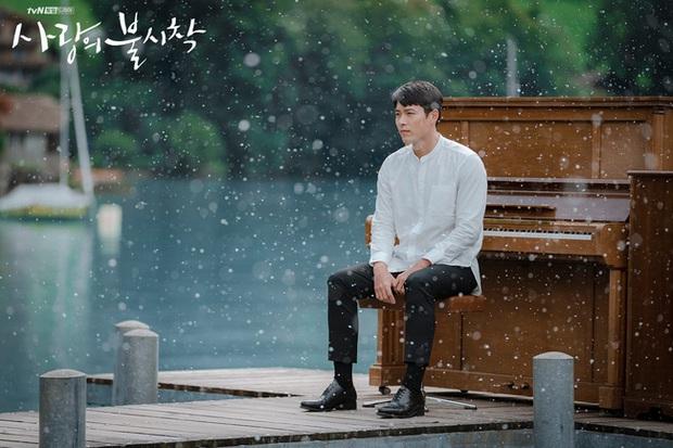 """Thuyền """"Crash Landing On You"""" Son Ye Jin lật, Hyun Bin lộ bằng chứng quay lại với chân dài kém 8 tuổi Kang Sora? - Ảnh 2."""