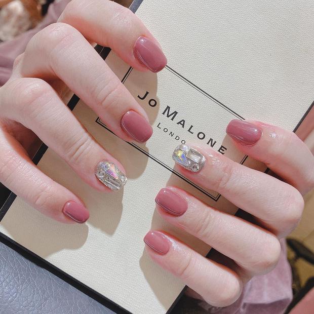 """12 mẫu nail đính hoạ tiết đơn giản mà """"đẹp banh"""": Nàng nào không thích diêm dúa thì mời vào - Ảnh 7."""