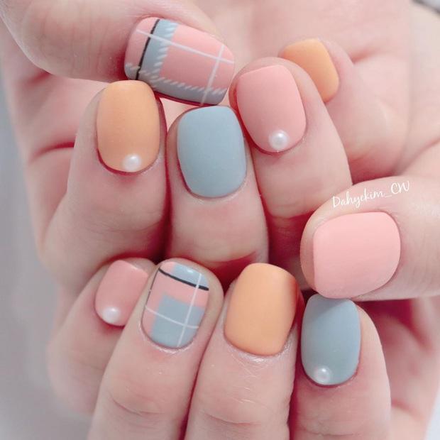 """12 mẫu nail đính hoạ tiết đơn giản mà """"đẹp banh"""": Nàng nào không thích diêm dúa thì mời vào - Ảnh 2."""