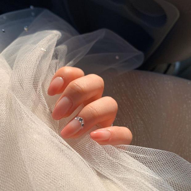 """12 mẫu nail đính hoạ tiết đơn giản mà """"đẹp banh"""": Nàng nào không thích diêm dúa thì mời vào - Ảnh 11."""