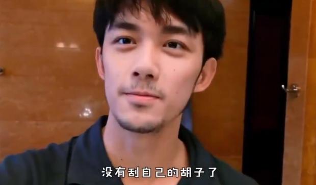 Nghỉ đóng phim cả tuần vì dịch cúm, Ngô Lỗi rảnh rỗi livestream cảnh cạo râu khoe nhan sắc cực phẩm - Ảnh 2.