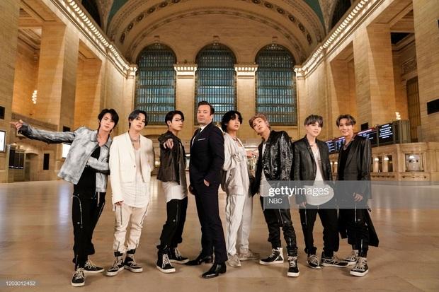 RM tiết lộ chỉ mặc mỗi... nội y khi lần đầu gặp Jungkook, cậu út vàng lọt top trend vì nói tiếng Anh tiến bộ - Ảnh 2.