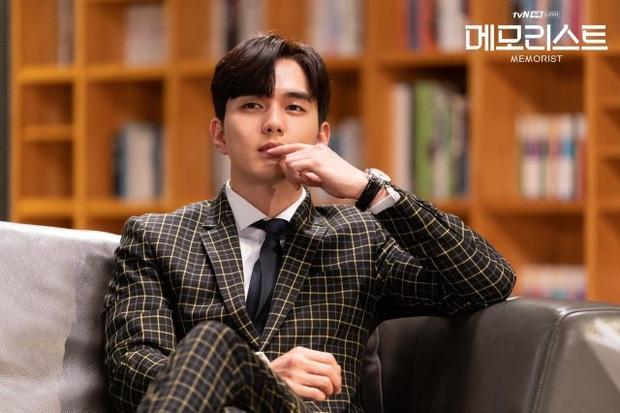 Yoo Seung Ho có sức mạnh siêu nhiên, cùng tình trẻ của Ji Sung truy bắt kẻ giết người trong Memorist - Ảnh 2.