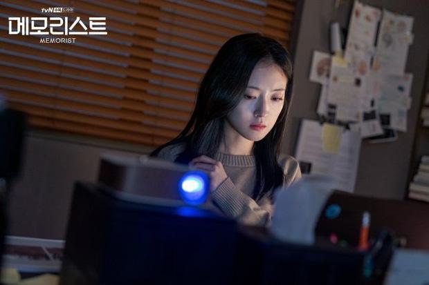 Yoo Seung Ho có sức mạnh siêu nhiên, cùng tình trẻ của Ji Sung truy bắt kẻ giết người trong Memorist - Ảnh 4.