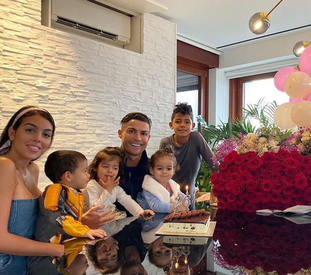 Ronaldo khoe ảnh tắm chung cùng 4 thiên thần nhỏ đáng yêu, hàng triệu fan lại phải thả tim ủng hộ cho gia đình CR7 - Ảnh 2.