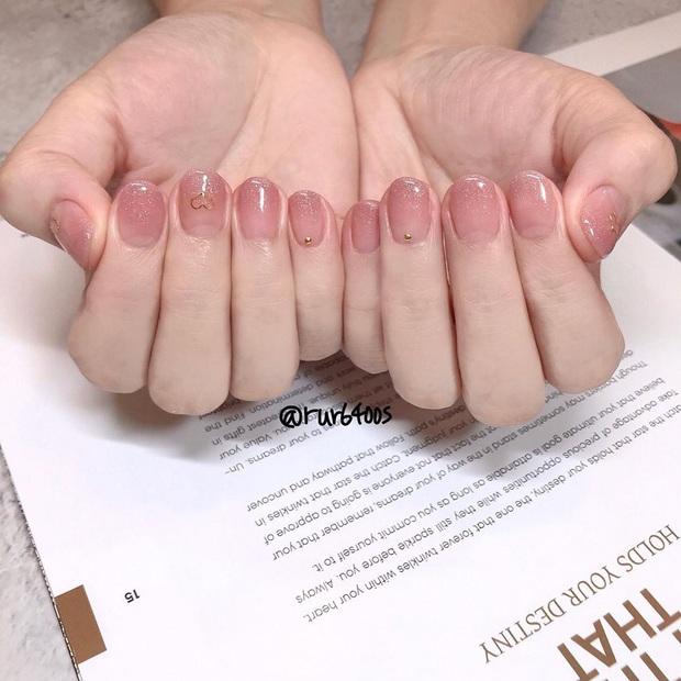 """12 mẫu nail đính hoạ tiết đơn giản mà """"đẹp banh"""": Nàng nào không thích diêm dúa thì mời vào - Ảnh 4."""