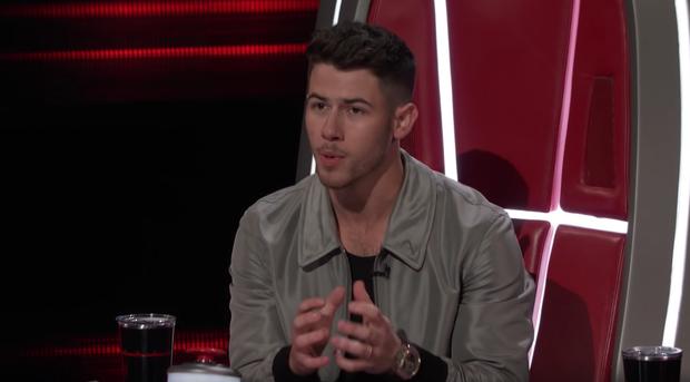 The Voice US: Blake Shelton đưa một chú cún cực yêu ra đối đầu với Nick Jonas - Ảnh 3.