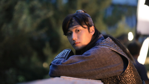 Vừa thoát kiếp nam phụ số khổ, trai 18 Lee Do Hyun gây sốc khi yêu đàn chị U40 trong phim mới? - Ảnh 1.