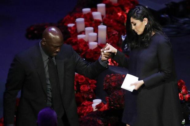 Lễ tưởng niệm Kobe Bryant: Jennifer Lopez - Michael Jordan bật khóc bên dàn sao, Alicia Keys - Beyonce biểu diễn trước 20.000 người - Ảnh 3.