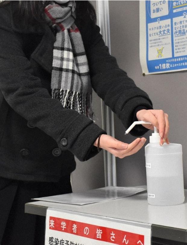 444.000 học sinh Nhật bước vào kỳ thi Đại học giữa mùa dịch: Vừa thi vừa đeo khẩu trang, thí sinh nhiễm Covid-19 không được dự thi - Ảnh 2.