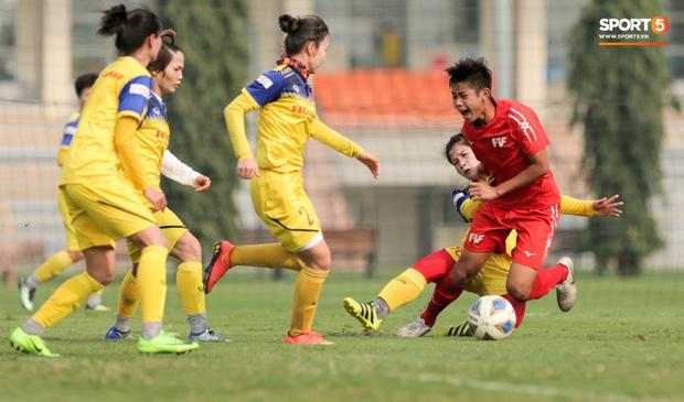 Cầu thủ 15 tuổi hất bay tuyển thủ nữ Việt Nam trong trận đấu giao hữu tại Hà Nội - Ảnh 4.
