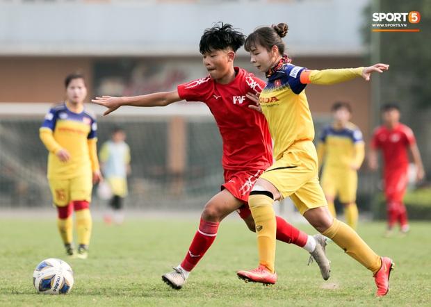 HLV U70 của tuyển nữ Việt Nam hoảng hốt vì suýt bị cầu thủ trẻ tông trúng ở đường biên - Ảnh 6.