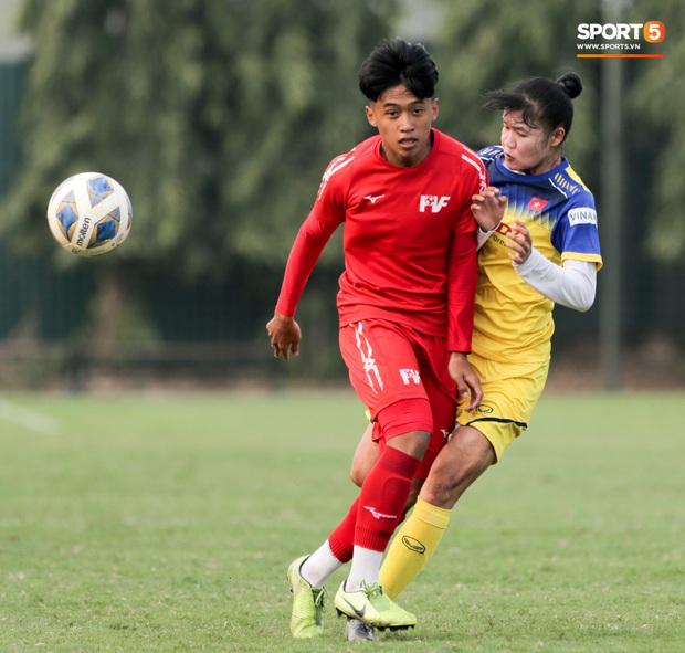 HLV U70 của tuyển nữ Việt Nam hoảng hốt vì suýt bị cầu thủ trẻ tông trúng ở đường biên - Ảnh 7.