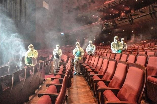 Dịch Covid-19 gia tăng đáng ngại, hàng loạt nhà hát tại Hàn tê liệt đìu hiu không một bóng dáng khán giả - Ảnh 1.