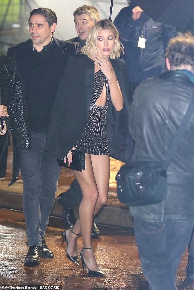 2 mỹ nhân Hollywood đại náo show Paris: Bà xã Justin khí chất ngút ngàn, Bạch Tuyết Lily Collins thả rông táo bạo - Ảnh 7.