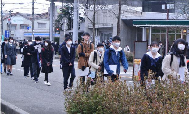 444.000 học sinh Nhật bước vào kỳ thi Đại học giữa mùa dịch: Vừa thi vừa đeo khẩu trang, thí sinh nhiễm Covid-19 không được dự thi - Ảnh 8.