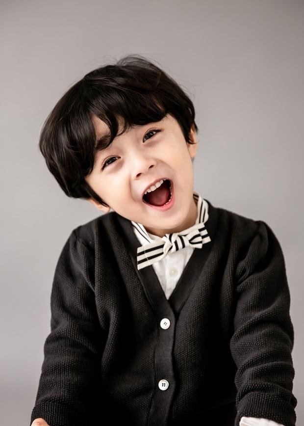 Nhóc tỳ được chuyển giới thành con gái Kim Tae Hee: Mẫu nhí nam có gương mặt như thiên thần, 5 tuổi đã quá tài năng - Ảnh 7.