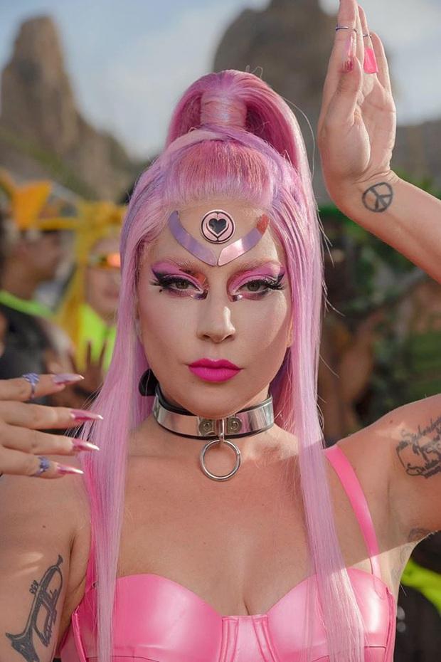 Lady Gaga đánh úp fan xác nhận ngày comeback, Little Monster nhìn poster lại chê nghèo nàn, phèn chúa đọc qua cứ tưởng của anti-fan viết? - Ảnh 2.