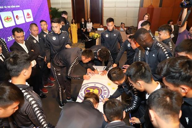Dàn cầu thủ Hà Nội FC tươi rói dự lễ xuất quân mùa giải 2020 - Ảnh 4.