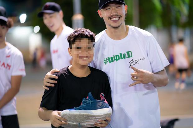 Vừa được sao bóng rổ Việt Nam tặng giày, lại mang lên mạng rao bán: Đáng giận nhất là hành động xoá luôn cả chữ ký - Ảnh 2.
