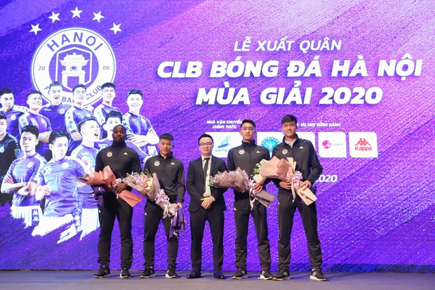 Dàn cầu thủ Hà Nội FC tươi rói dự lễ xuất quân mùa giải 2020 - Ảnh 2.