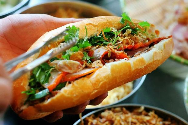 Nhìn xem, quá trời idol Hàn Quốc mê mẩn bánh mì trứ danh của Việt Nam nè! - Ảnh 2.