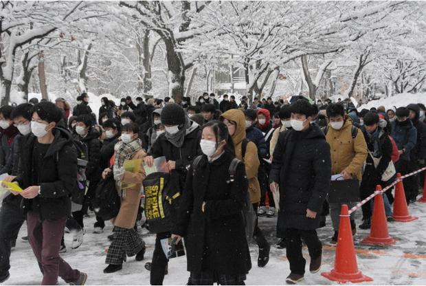 444.000 học sinh Nhật bước vào kỳ thi Đại học giữa mùa dịch: Vừa thi vừa đeo khẩu trang, thí sinh nhiễm Covid-19 không được dự thi - Ảnh 1.