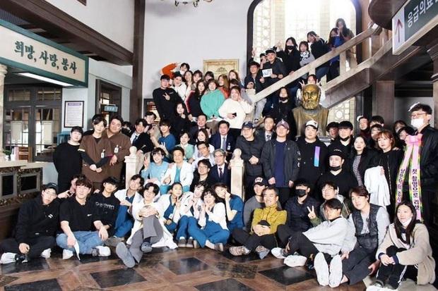 Toàn bộ dàn diễn viên Người Thầy Y Đức 2 hủy kì nghỉ mừng công vì dịch bệnh cúm - Ảnh 1.