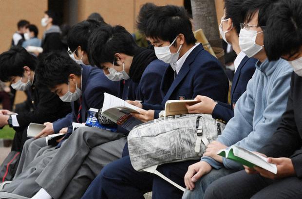444.000 học sinh Nhật bước vào kỳ thi Đại học giữa mùa dịch: Vừa thi vừa đeo khẩu trang, thí sinh nhiễm Covid-19 không được dự thi - Ảnh 4.