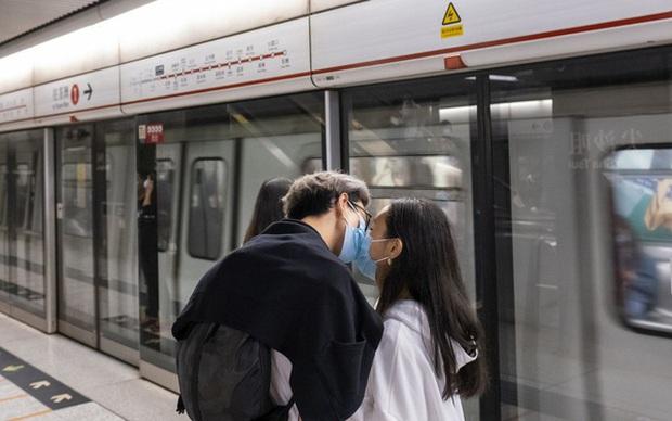 Bloomberg: Vì một thế giới không Covid-19, hãy ngừng…hôn nhau! - Ảnh 1.
