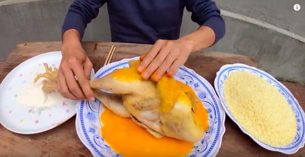 Con trai bà Tân Vlog tiếp tục khiến người xem phát ghê khi dùng tay trần khuấy vào đồ ăn - Ảnh 1.