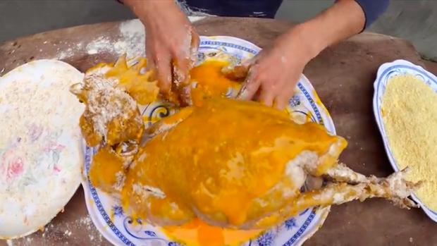 Con trai bà Tân Vlog tiếp tục khiến người xem phát ghê khi dùng tay trần khuấy vào đồ ăn - Ảnh 3.