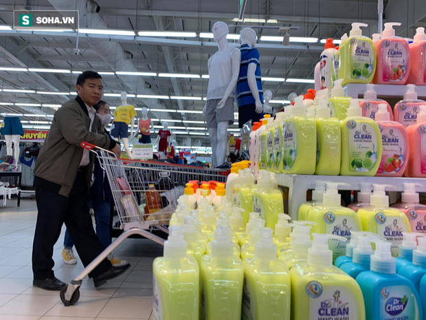 Giá nước rửa tay khô lao dốc trong mùa dịch Covid-19 khi quay lại siêu thị ở Hà Nội - Ảnh 6.