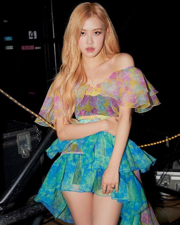 """Cùng một chiếc váy nhưng đến 3 kiểu """"biến hình"""": Stylist YG trổ tài giúp Rosé thắng thế trước Nancy, Park Min Young - Ảnh 1."""