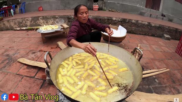 Bà Tân Vlog lại khiến dân tình thấy khó hiểu khi có kết hợp khác người: ăn phô mai que với rau xà lách? - Ảnh 2.