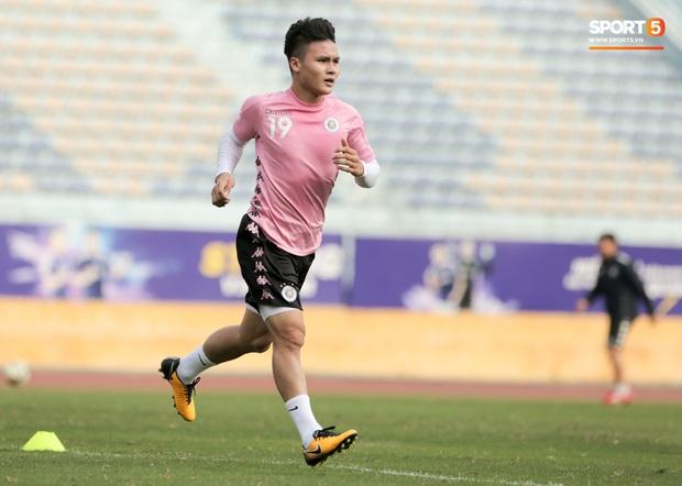 Quang Hải nhăn nhó vì đau khi tập riêng, Đình Trọng chăm chỉ plank giữ dáng ở Hà Nội FC - Ảnh 2.