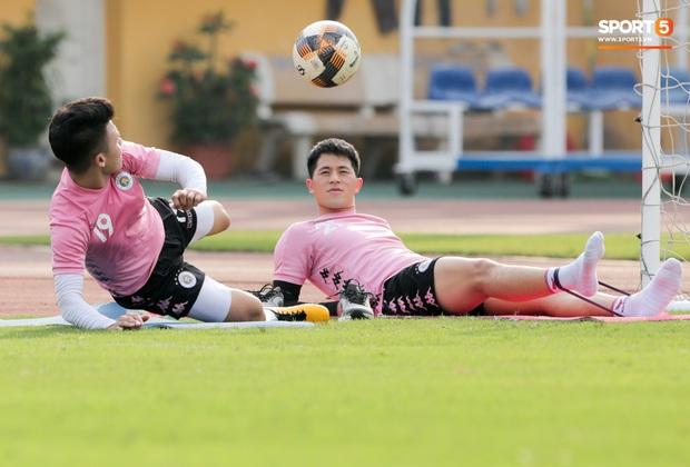 Quang Hải nhăn nhó vì đau khi tập riêng, Đình Trọng chăm chỉ plank giữ dáng ở Hà Nội FC - Ảnh 6.