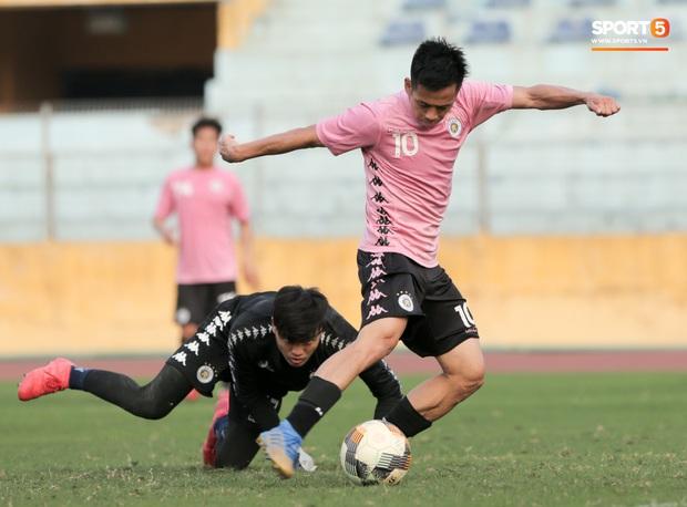 Quang Hải nhăn nhó vì đau khi tập riêng, Đình Trọng chăm chỉ plank giữ dáng ở Hà Nội FC - Ảnh 9.