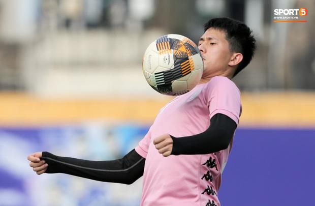 Quang Hải nhăn nhó vì đau khi tập riêng, Đình Trọng chăm chỉ plank giữ dáng ở Hà Nội FC - Ảnh 8.
